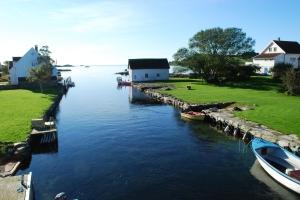En kanal mellom Mosterøy og Klosterøy. Blikk stille i dag.